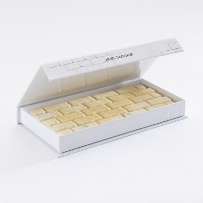 Praliné amande noisette avec des zestes de pamplemousse enrobé de chocolat blanc caviar de vanille de Madagascar